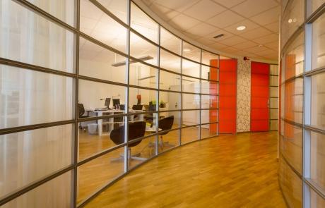Här är ett av våra kontor som har en fräck glasvägg som interiörsdetalj