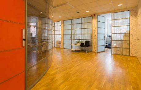 glasdetaljer och fönster som ljusar upp kontoren